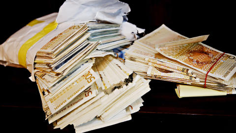 PENGER:  Hele 325.000 kroner l� gjemt i peisen i leiligheten.  Foto: Jacques Hvistendahl / Dagbladet