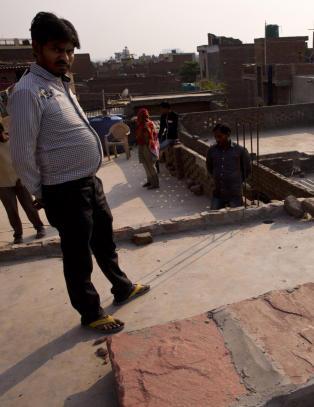 Indisk jente (15) voldtatt og satt fyr p� i sitt eget hjem