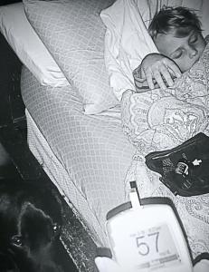 Dette ser kanskje ut som et vanlig bilde av en hund og en gutt som sover. Men det er s� mye mer