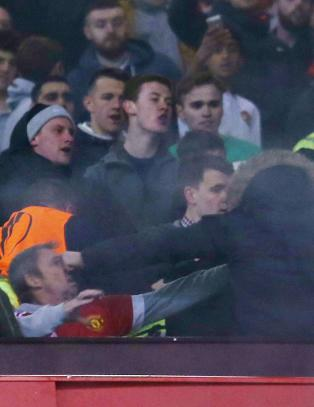 Rystende bilder fra United-Liverpool: - Stoler ble kastet og slag ble delt ut