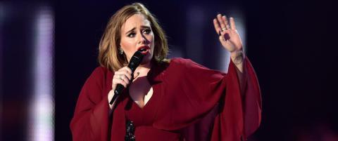 Fan m�tte til sykehuset etter Adele-konsert - kjetting falt fra taket