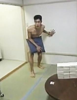 Ble stengt naken inn i en leilighet i 15 m�neder - visste ikke at 17 millioner s� p�