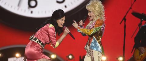 Dolly Parton og Katy Perry hylles av norsk moteekspert etter fargesprakende opptreden