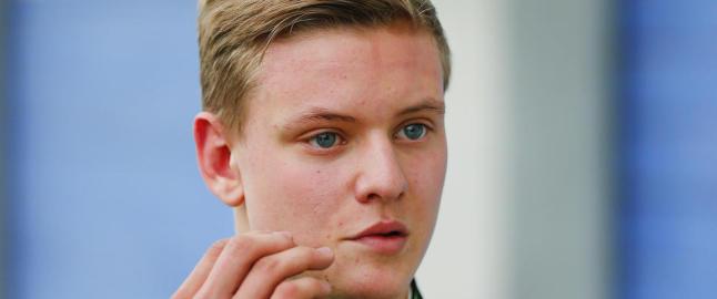 Mens hans far er alvorlig skadd, forbl�ffer Schumachers s�nn
