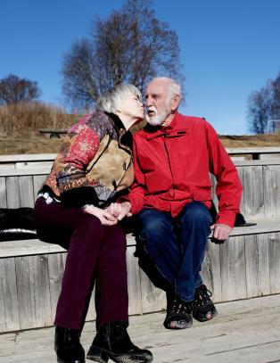 Erik (82) syntes det var et sjokk � bli alene. S� m�tte han Edel (73)