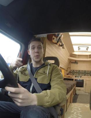 Da Jamie (25) ble lei høy husleie, snekret han seg ett rom og kjøkken i bilen