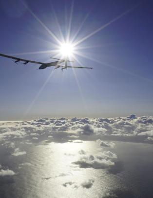 Solcellefly landet etter tre dager over Stillehavet