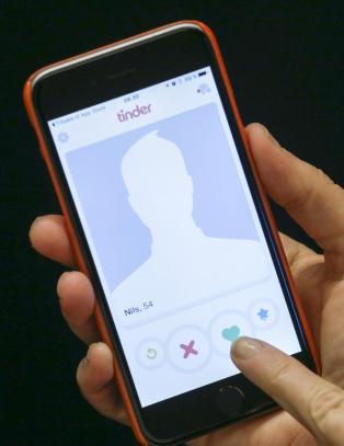 Ny Tinder-funksjon f�r kritikk: avsl�rer hvem som bruker sjekkeappen