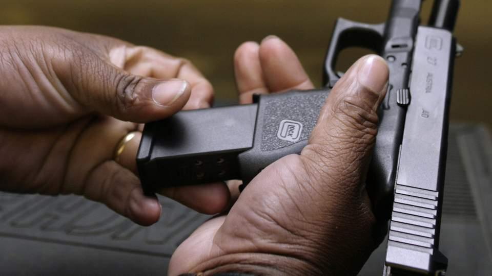 BILLIGERE P� GATA: En illegal Glock 9 mm kan kj�pes for ned til 4000 kroner p� gata. Foto: REUTERS/Yuri Gripas