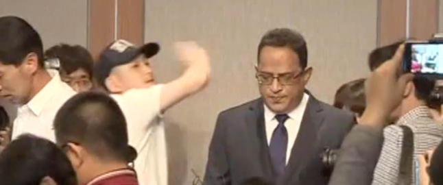 Toppsjefen bukker 13 ganger for � vise sin anger. S� kommer plutselig det uventede slaget