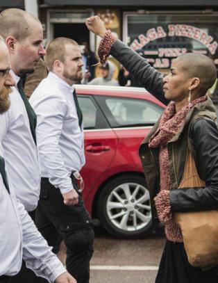 Da nynazistene kom g�ende, stilte Tess (42) seg midt i veien