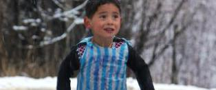 Fem �r gamle �Messi�  m� flykte hjemlandet etter �trusler fra Taliban�