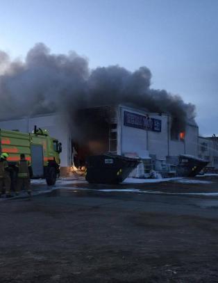 Rema 1000-butikk i Lakselv st�r i full fyr. Store skader p� bygget, if�lge politiet