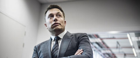For � n� sine nye rekordm�l, har Tesla-sjefen sovet i sovepose p� fabrikkgulvet