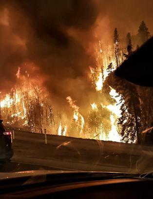 Over 88 000 er allerede evakuert, men 17 000 st�r i fare for � bli omringet av branninfernoet