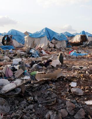 Russland og Syria nekter skyld etter bombing av flyktningsleir. - Avskyelig, mener FN om angrepet.