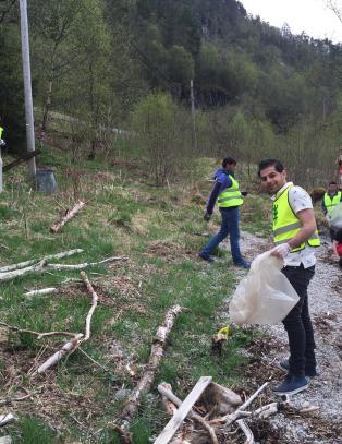 Flyktningene startet egen ryddegruppe. I g�r ryddet de hele stranda