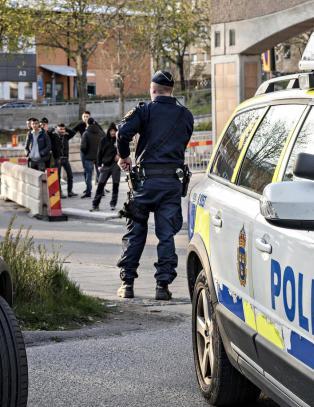 I svenske Rinkeby skyter 16-�ringer p� hverandre og journalister f�r juling