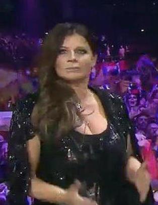 Carola ble ikke blid da M�ns dro vekk mikrofonen da hun sang p� direkten