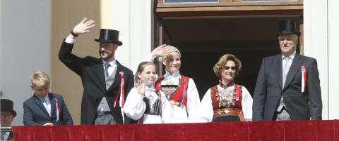 Rekordmange vinkende hender opp til kongefamilien i �r