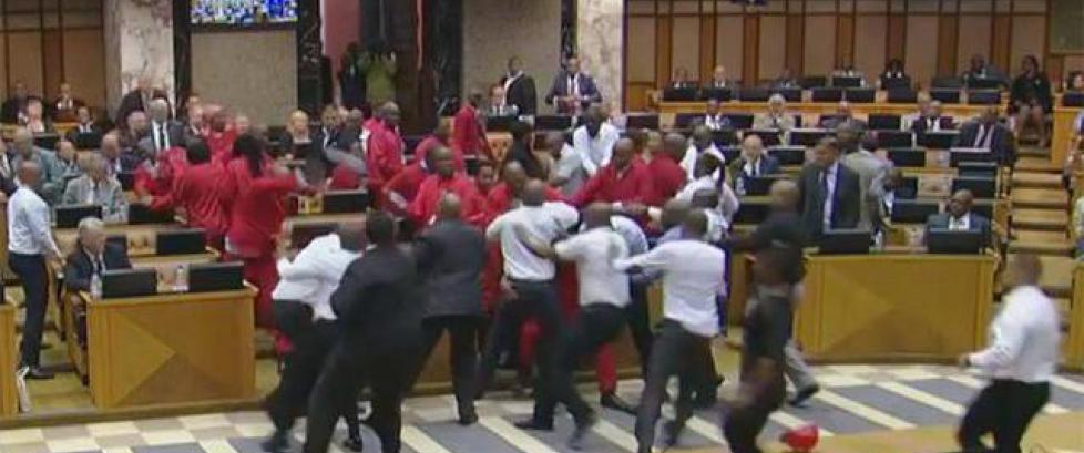 Brøt ut i slåsskamp i det sørafrikanske parlamentet