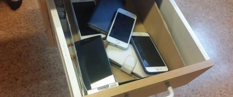 Hver dag l�ses elevenes mobiler inne. Det skal de gj�re resten av �ret