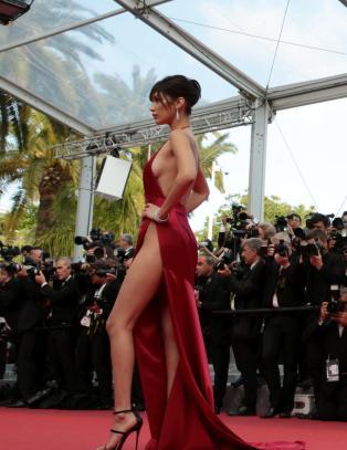 Avslører hemmeligheten bak Cannes' mest omtalte kjole