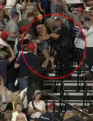 Her avbrytes Trump av demonstrantene