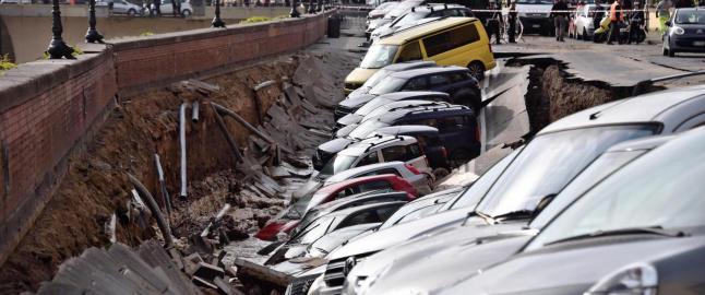 En hel gate med parkerte biler kollapset i Firenze