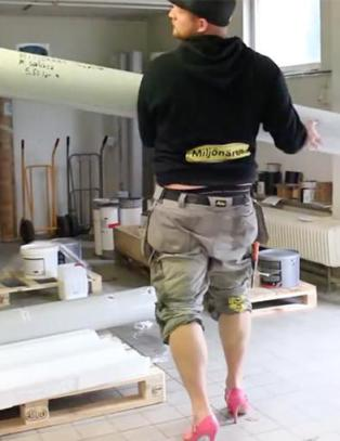 Håndverker gikk i høye hæler en hel dag på jobb