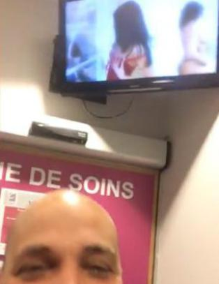 Bryter ut i latter da han ser hva sykehuset viser p� TV-skjermen