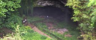 19 personer fanget under jorden p� grottevandring. Vannet sto til halsen