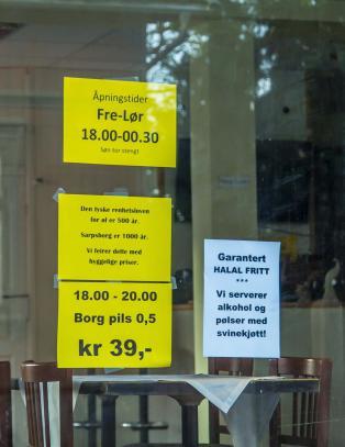Puben med mosk� som n�rmeste nabo hengte opp denne plakaten. N� kan skjenkebevillingen ryke