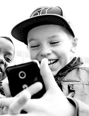 De med høy utdanning legger ut færre bilder av barna på sosiale medier: - Er mer reflekterte