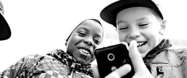 De med h�y utdanning legger ut f�rre bilder av barna p� sosiale medier: - Er mer reflekterte