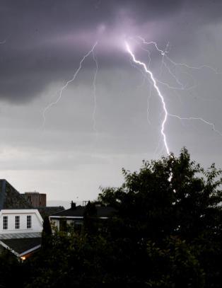 Meteorologisk institutt advarer: Torden i s�r, flomfare i vest og skogbrannfare i nord