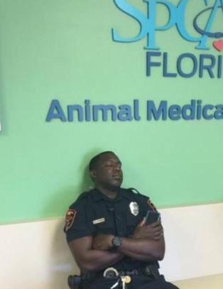 Politimannen nektet � forlate valpen p� klinikken. N� blir hele USA r�rt av dette bildet