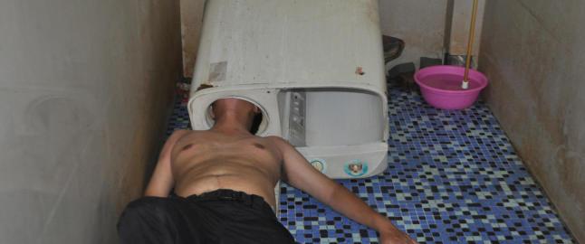 Det gikk ikke helt som planlagt da denne karen skulle fikse vaskemaskinen