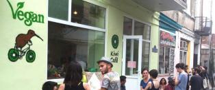 Fascister kastet kj�tt og viftet med p�lser p� veganercaf�