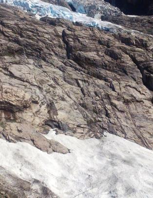Risikerer livet for å kunne ta på isbreene