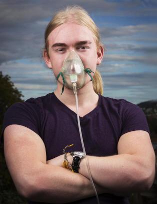 Tobias (19) f�r ikke nok surstoff i blodet. Kan ikke g� en meter uten surstoffmaske