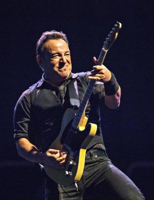 - Bruce er gutten mange dr�mmer om � v�re - det gode mennesket med gitaren