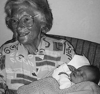 OLDEMOR: Tikken med sitt f�rste oldebarn, Oscar Georg f�dt i 1996. FOTO: PRIVAT