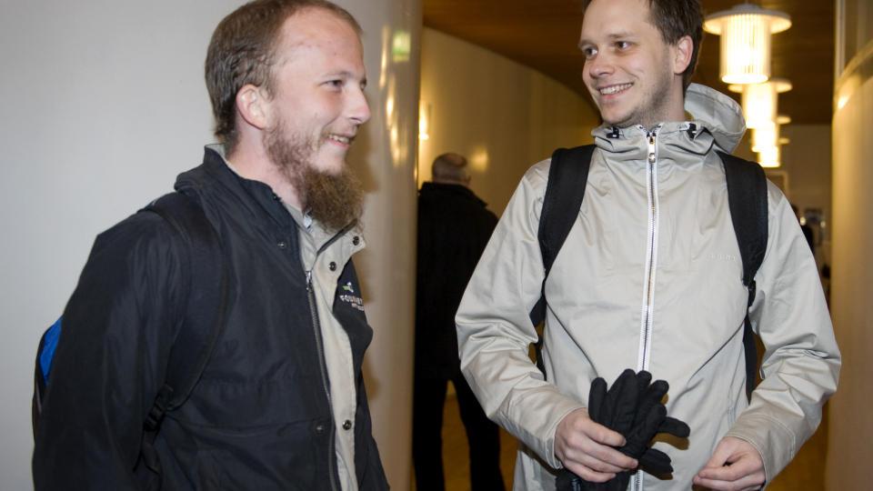 SMILTE I SKJEGGET: Gr�nderne  Peter Sunde (til h�yre) og Gottfrid Svartholm Warg feiret dagen i dag som en halv seier. FOTO: SCANPIX