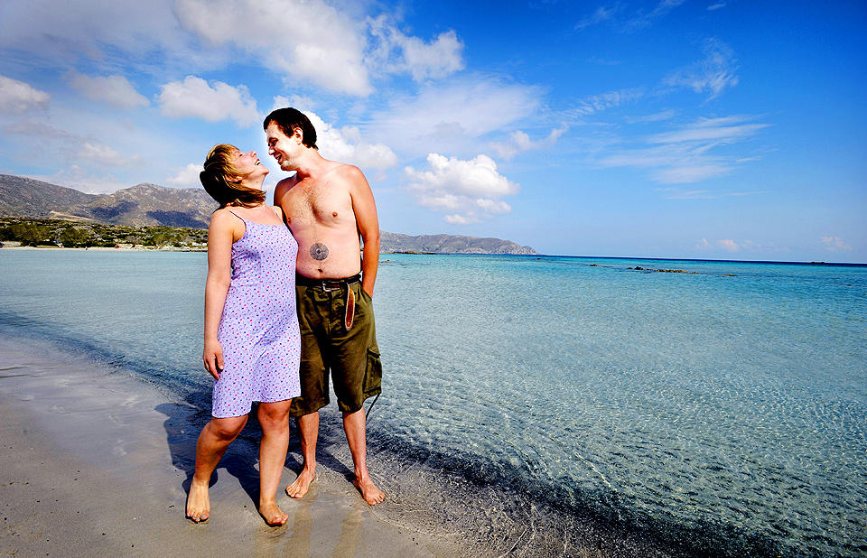 KRETA: Elafonissiastranda er Kretas mest romantiske strand. Det synes i alle fall Dorota og Mariusz Janiak fra Warzawa, som var der p� bryllupsreise. Foto: John Terje Pedersen