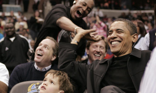 EN BEDRE TALER: Barack Obama, her fotografert p Chicago Bulls-kamp. Foto: REUTERS/Molly Riley/Scanpix