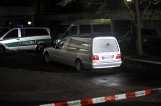 FRAKTES BORT:< En mengde likbiler kjørte i går kveld ut fra skoleområdet med de døde. Foto: ØISTEIN NORUM MONSEN
