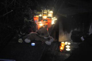 LYS OG KOSEDYR: Mange har lagt ned lys og kosedyr for å hedre ofrene etter tragedien i går. Foto: ØISTEIN NORUM MONSEN