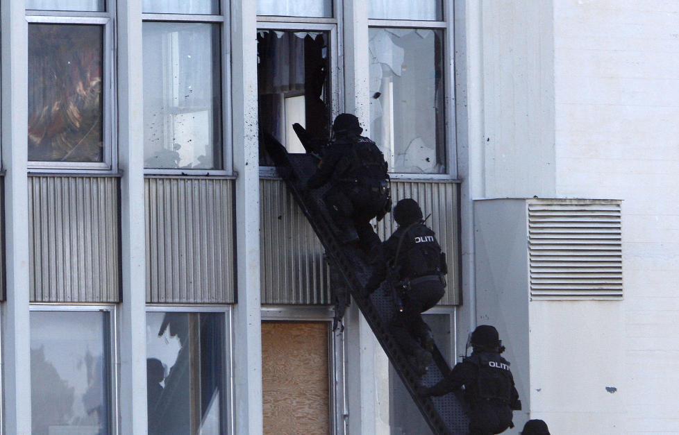 �VELSE: Politiets beredskapstropp, den s�kalte Delta-gruppa, drilles jevnlig i ulike krisescenarioer, inkludert terroraksjoner. Her fra en demonstrasjon p� Fornebu i 2008. Foto: LISE �SERUD / SCANPIX