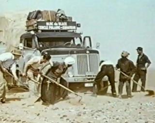 VANSKELIG �RKENSAND: Lastebilen kj�rte seg ofte fast i �rkensanden. Da m�tte det graves i timesvis i den stekende solen. Her f�r ekspedisjonen hjelp av noen lokale.